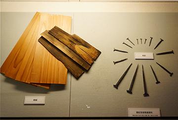 ↑展示品 開拓官舎関連資料 柿板 和釘。