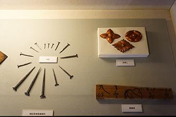 ↑展示品 開拓官舎関連資料 和釘 釘隠し 落書板。