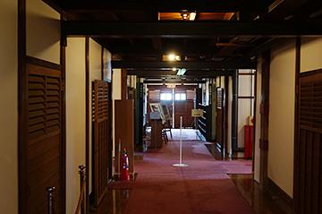 ↑開成館 廊下正面。