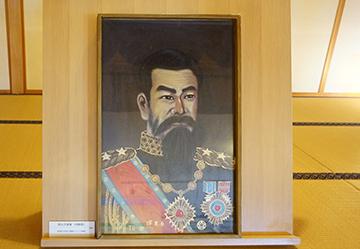 ↑明治天皇像(肖像画)。