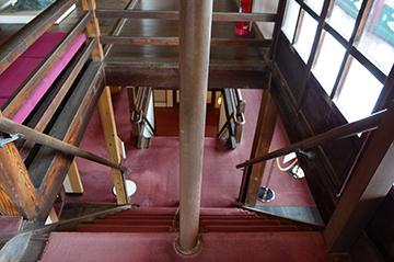 ↑開成館 3階から2階を望む。