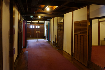 ↑開成館 1階正面廊下から左廊下を望む。