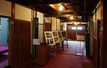 ↑開成館 1階正面廊下から右廊下を望む。