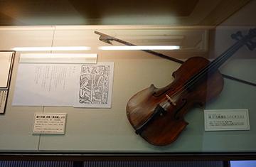 ↑展示品 祓川光義 詩集「暮春賦」より 祓川光義遺品『バイオリン」。
