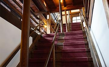↑開成館 2階への階段。