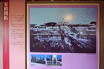 ↑展示パネル 安積開拓ー 建設当時の開成館(明治9年) 開拓者の群像。