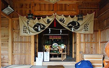 ↑三柱神社拝殿内に盛られたはお供え物。