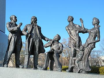↑「開拓者の群像」左から中條政恒、大久保利通、ファン・ドールン。