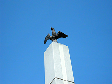↑石塔の頂きには郡山市の鳥「カッコウ」が羽を広げています。