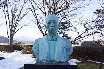 ↑元郡山町長の「今泉久次郎」氏像。