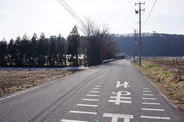↑福島県道6号郡山湖南線を東側より案内看板に沿って左折し、清水池公園を望む。